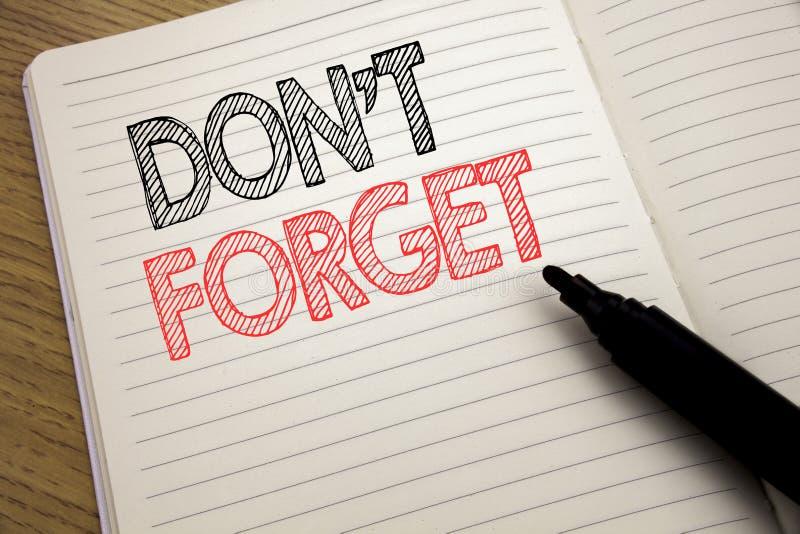 De tekst van de handschriftaankondiging het tonen vergeet niet Bedrijfsdieconcept voor Don t geheugen Remider op notitieboekje me royalty-vrije stock fotografie