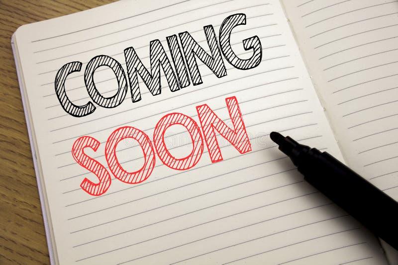 De tekst van de handschriftaankondiging tonen die spoedig komen Bedrijfsconcept voor in aanbouw geschreven op notitieboekje met e royalty-vrije stock afbeeldingen