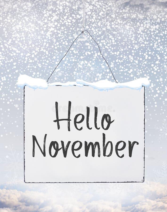 De tekst van Hello November op de witte banner van de plaatraad met koude sneeuw F stock foto