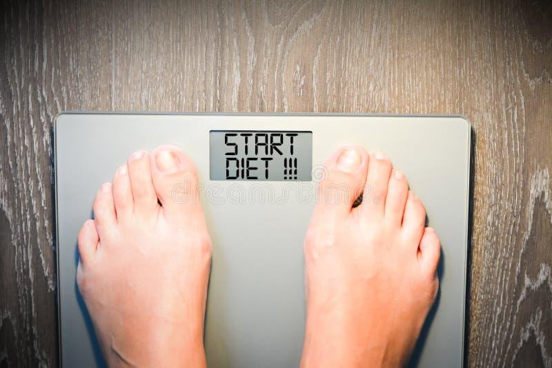 De tekst van het begindieet op de vertoning van de gewichtsschaal stock foto