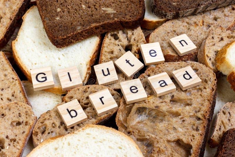 De tekst van het glutenbrood Gesneden brood op de bovenkant van lijst, gluten vrij concept Eigengemaakt gluten vrij brood voor me royalty-vrije stock foto