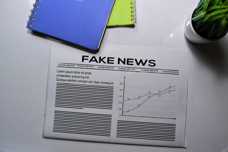 De tekst van het Nieuws van de Fake in krantekop geïsoleerd op witte achtergrond Krantenconcept stock foto