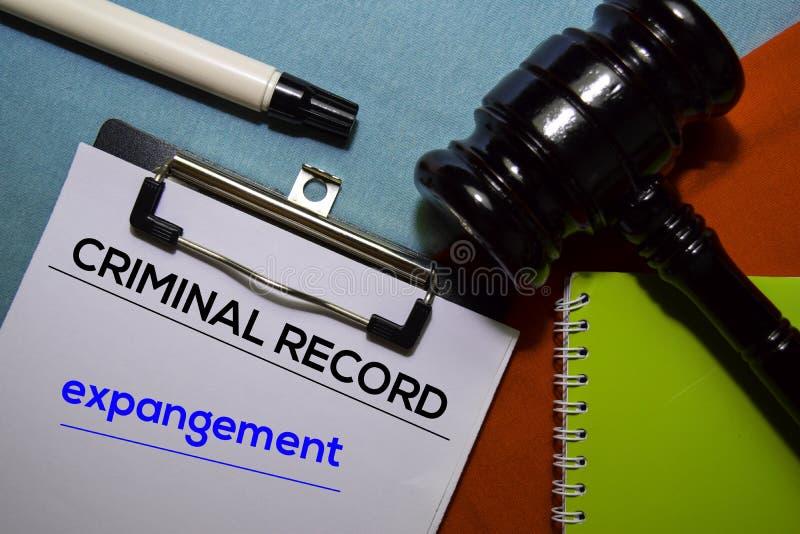 De tekst van het strafverslag en van de Uitbreiding op het formulier van het Document en Gavel geïsoleerd op bureaubureau royalty-vrije stock foto's