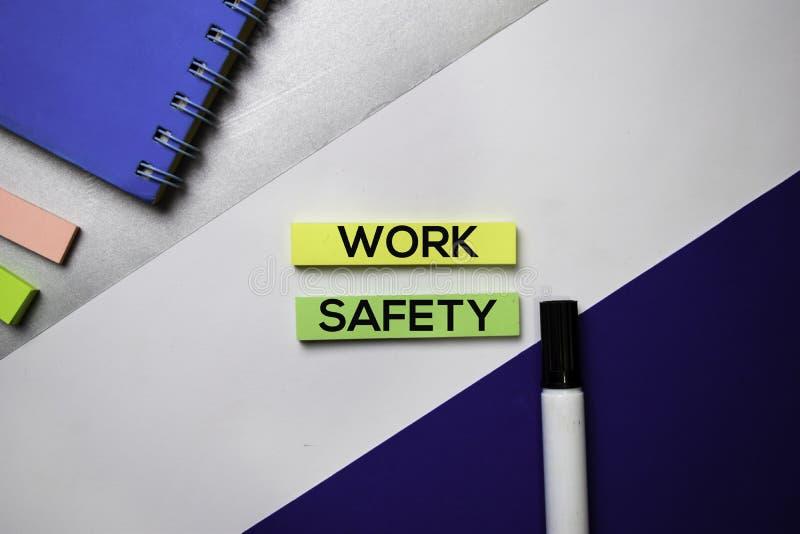 De tekst van de het werkveiligheid op kleverige nota's met het concept van het kleurenbureau royalty-vrije stock afbeelding