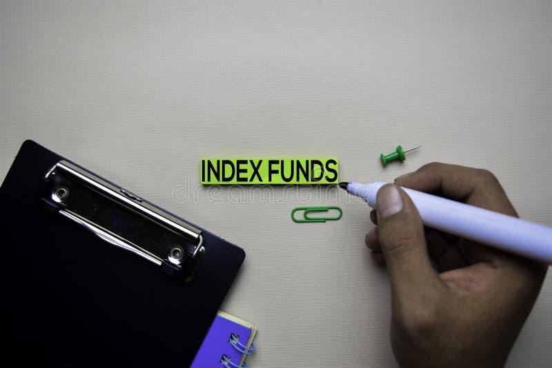 De tekst van indexfondsen op kleverige nota's met bureau Het concept van de effectenbeursuitwisseling stock afbeeldingen