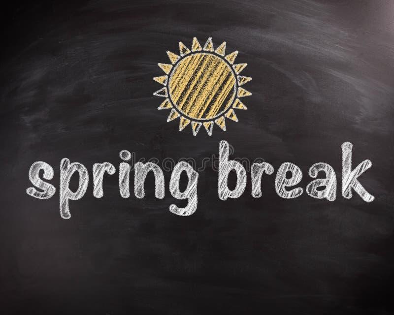 De Teksten van de de lenteonderbreking op Bord met Zonontwerp stock afbeeldingen
