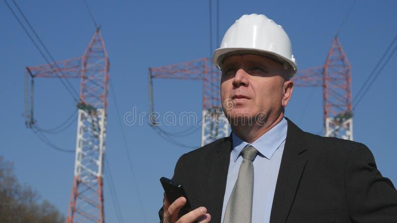 De Telefoon die van ingenieurspresentation using mobile in Buitenkant werken stock afbeeldingen