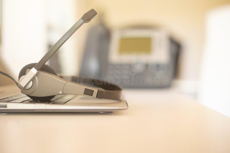 De telefoon en het toetsenbord van de hoofdtelefoonhoofdtelefoon spreken, steunen, mededeling, call centre en klantenservice royalty-vrije stock afbeelding