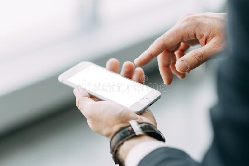 De telefoon in de hand van een bedrijfsmens stock afbeeldingen