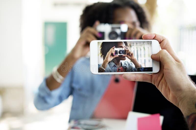 De Telefoon van de fotocamera vangt Technologieconcept stock foto
