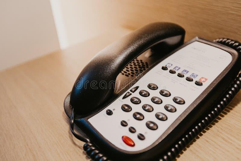 De telefoon van de hotelruimte op een houten bureau royalty-vrije stock fotografie