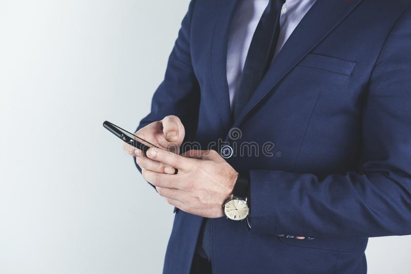 De telefoon van de mensenhand stock afbeeldingen