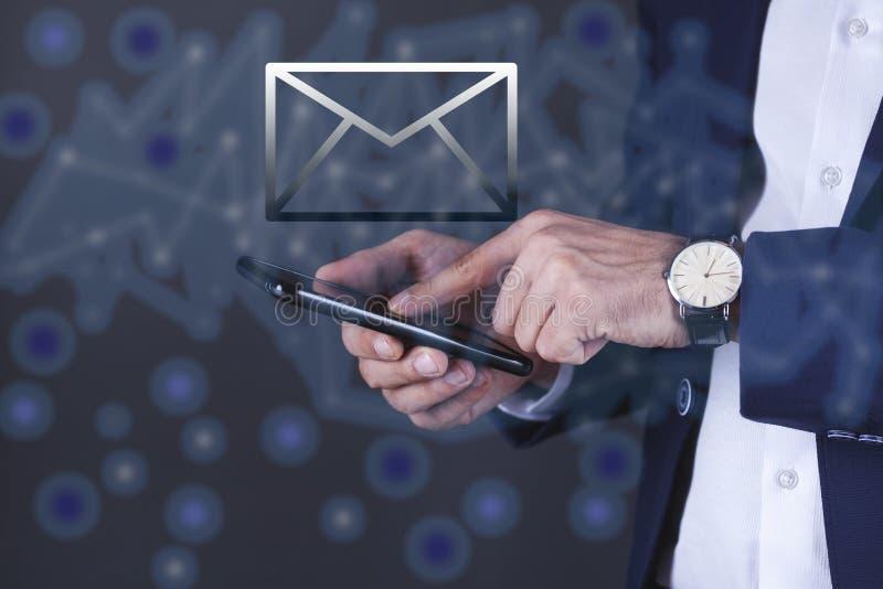 De telefoon van de mensenhand met berichtteken in het scherm stock afbeelding