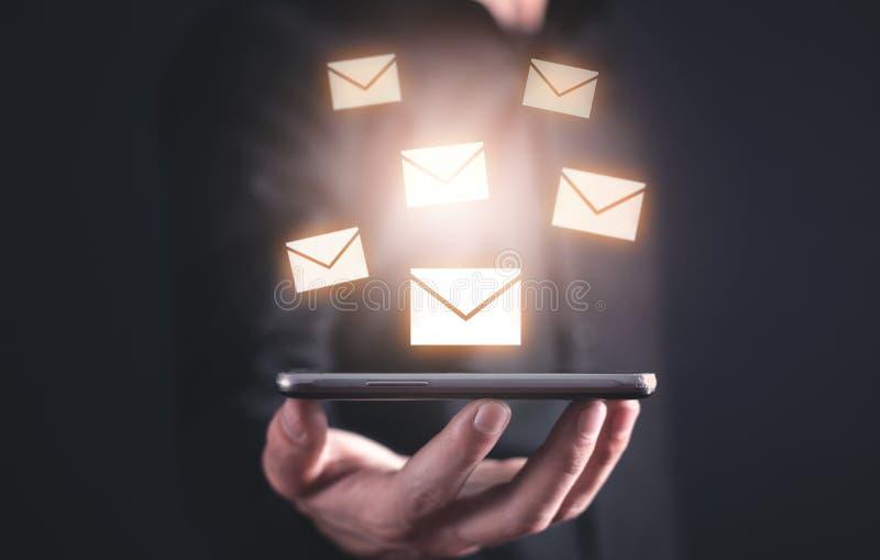 De telefoon van de mensenholding Concept e-mail stock fotografie
