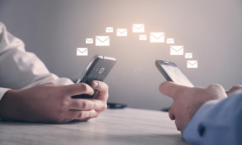 De telefoon van de mensenholding Concept e-mail royalty-vrije stock foto's