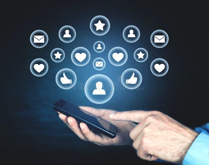 De telefoon van de mensenholding Sociaal media concept royalty-vrije stock foto's
