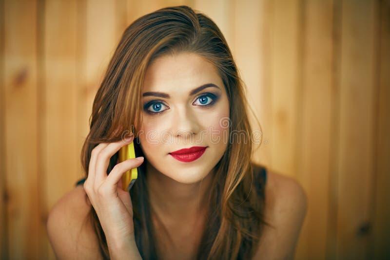 De telefoon van de Milingsvrouw talkin Het mooie portret van het meisjesgezicht met ev stock fotografie