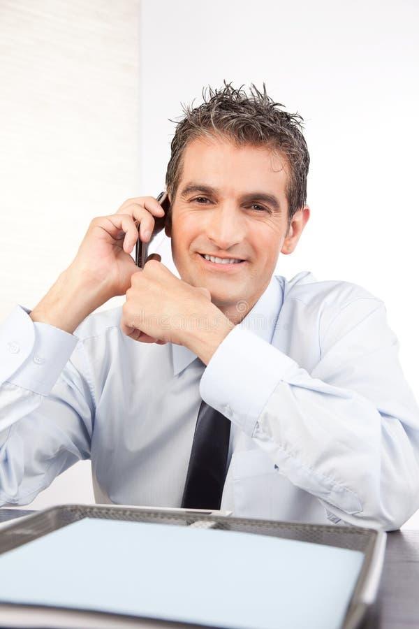 De Telefoon van zakenmantalking on cell royalty-vrije stock fotografie