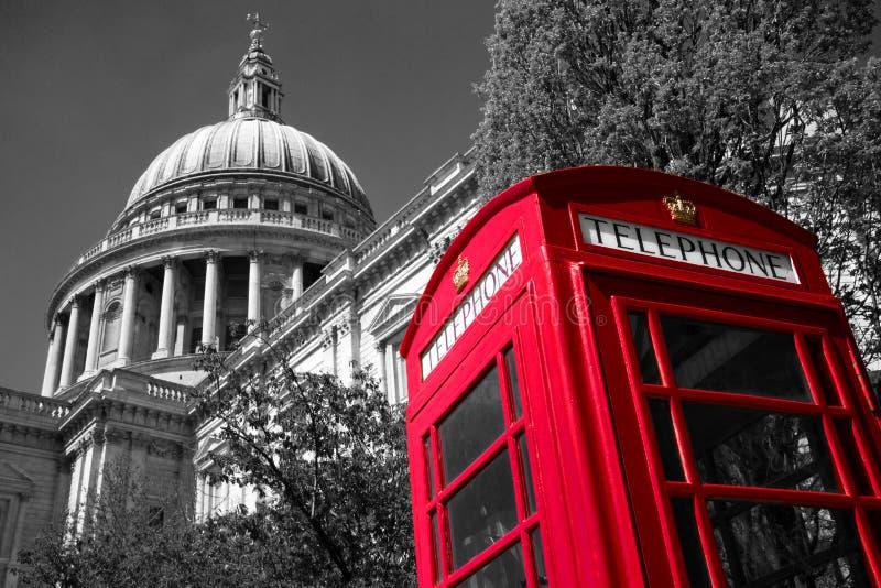 De telefoondoos van Londen bij St Paul Kathedraal stock afbeeldingen