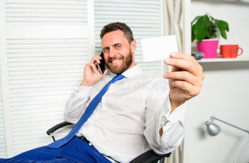 De telefoongesprek van de mensen vraagt het succesvolle zakenman de dienst Zit de zakenman gebaarde kerel bureau voelt zeker Mens royalty-vrije stock fotografie