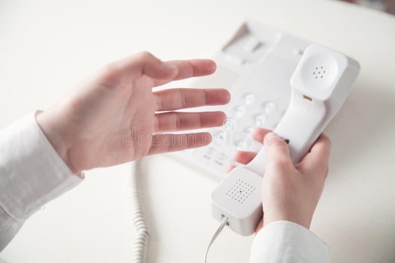 De telefoonontvanger van de beambteholding stock afbeelding