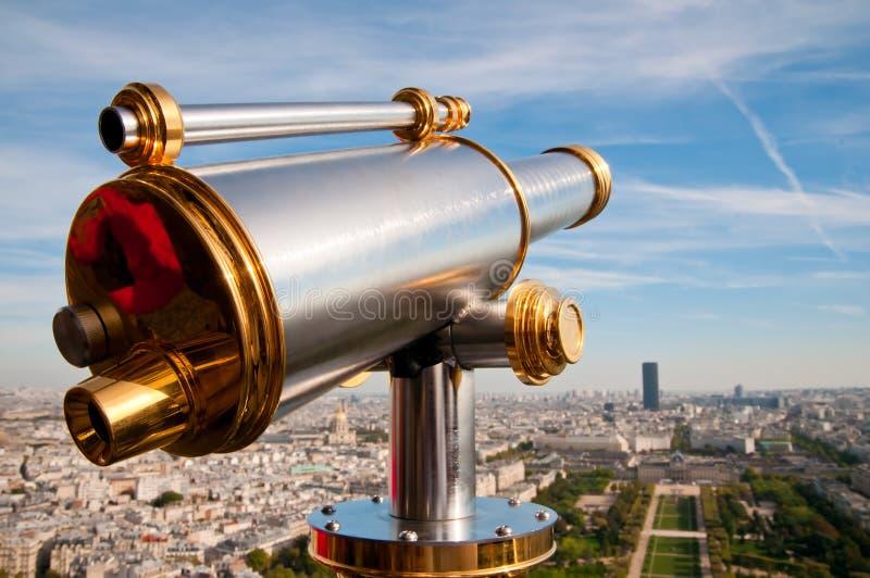 De telescoop die van de Toren van Eiffel voor Parijs overziet. royalty-vrije stock fotografie