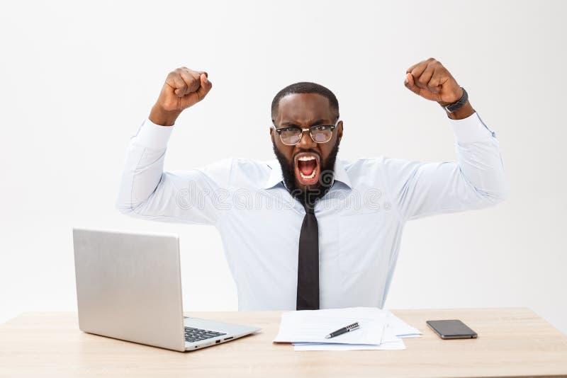 De teleurgestelde Afrikaanse zakenman wordt duizelig gemaakt en door een fout in officiële documenten verward Hij voelt totaal me royalty-vrije stock foto's