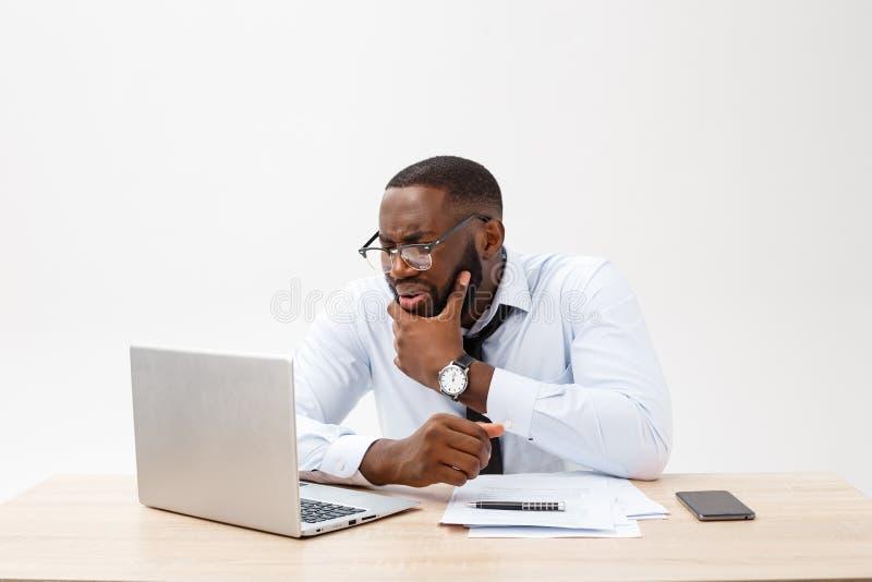 De teleurgestelde Afrikaanse zakenman wordt duizelig gemaakt en door een fout in officiële documenten verward Hij voelt totaal me royalty-vrije stock afbeelding