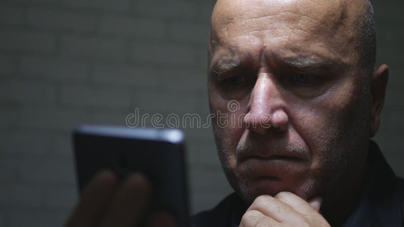 De teleurgestelde Mededeling van Businessperson Text Using Cellphone stock foto's