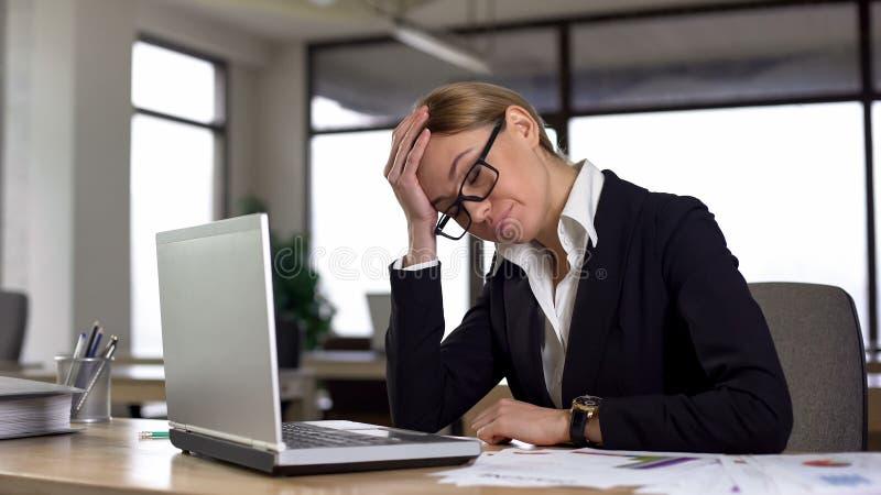 De teleurgestelde vrouw vergat over commerciële vergadering, die sterke hoofdpijn voelen royalty-vrije stock foto