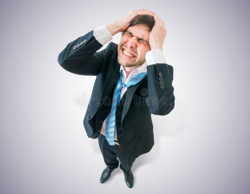De teleurgestelde zakenman houdt zijn hoofd Mening vanaf bovenkant stock afbeelding