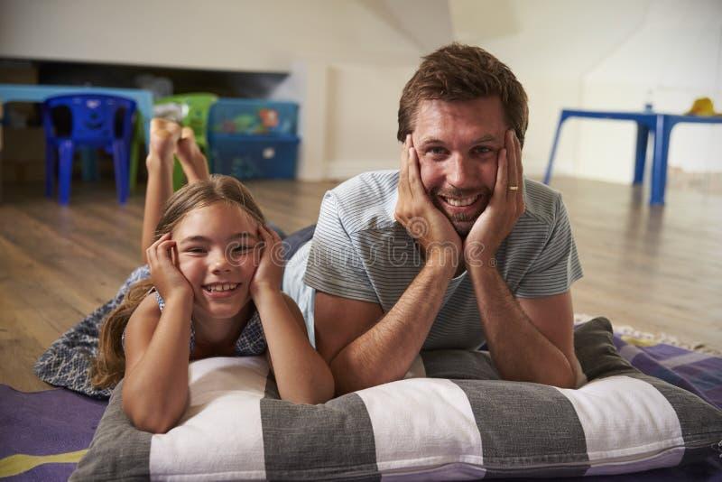 De Televisie van vaderand daughter watching in Speelkamer samen royalty-vrije stock foto's