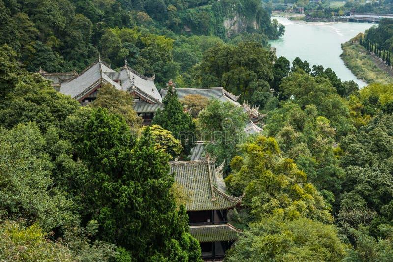 De tempel in berg kijkt vormtop in China stock foto