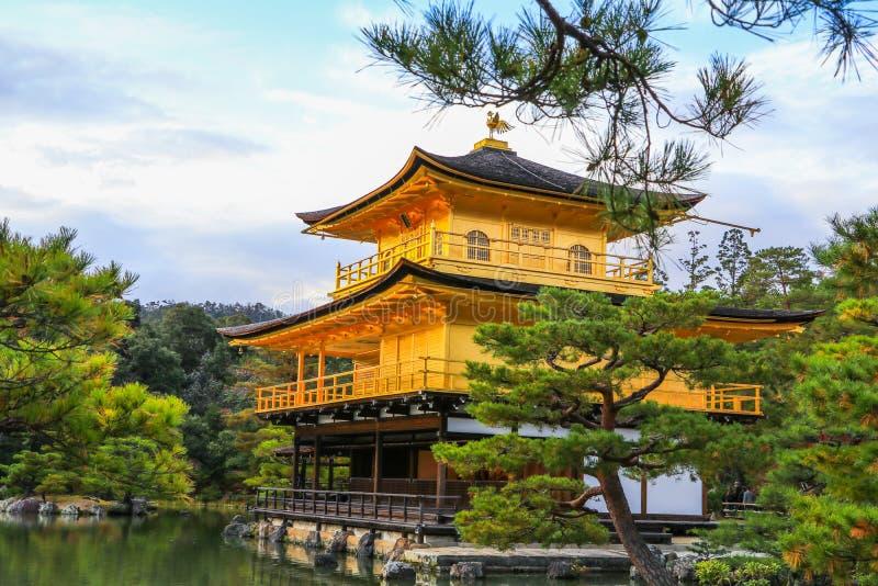 De Tempel Kinkaku -kinkaku-ji van het Gouden Paviljoen is a? ??zen? ??boeddhistische temple? ??en ??n van de populairste gebouwen stock afbeelding