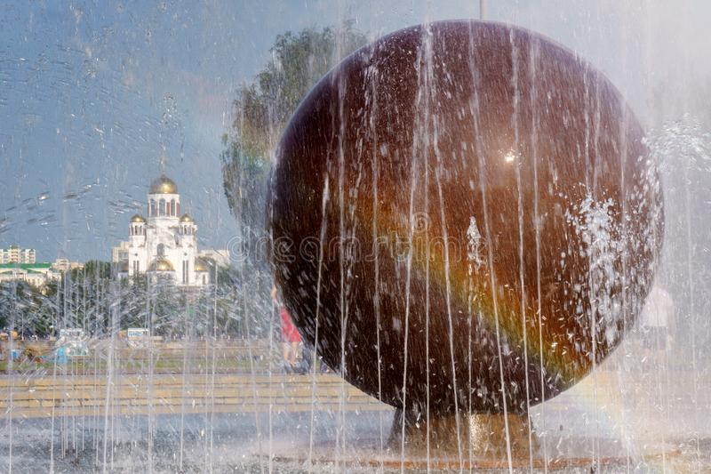 De tempel op het bloed op de achtergrond van de fontein en de regenboog royalty-vrije stock fotografie