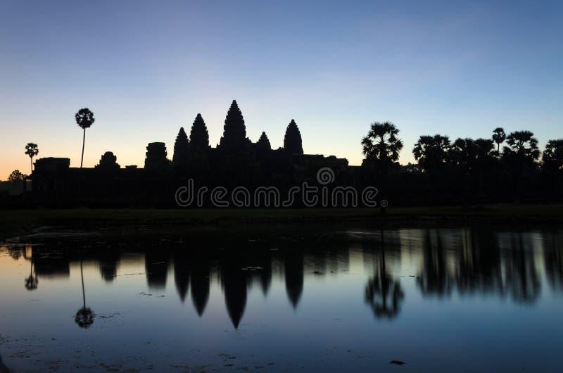 De tempel van Angkorwat bij zonsopgang in Siem oogst royalty-vrije stock foto