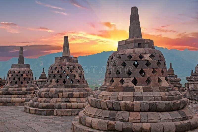 De Tempel van Borobudurbuddist in eiland Java Indonesia bij zonsondergang stock fotografie