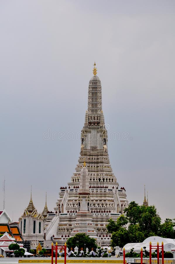 De Tempel van dageraad dichtbij door de rivier in Bangkok stock afbeelding