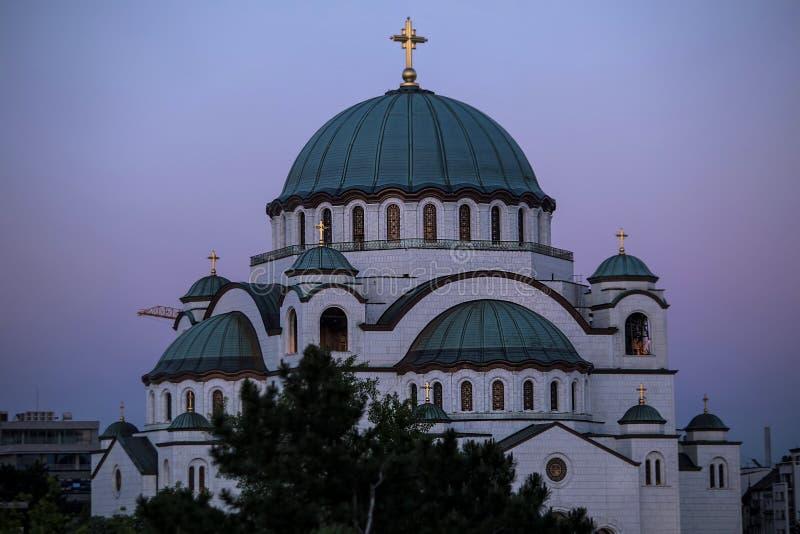 De tempel van heilige Sava en mooie purpere hemel bij schemering, Belgrado stock foto's