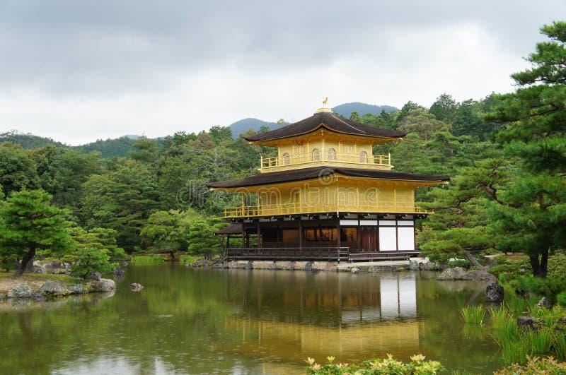 De Tempel van Kinkakuji (Gouden Paviljoen) stock afbeeldingen