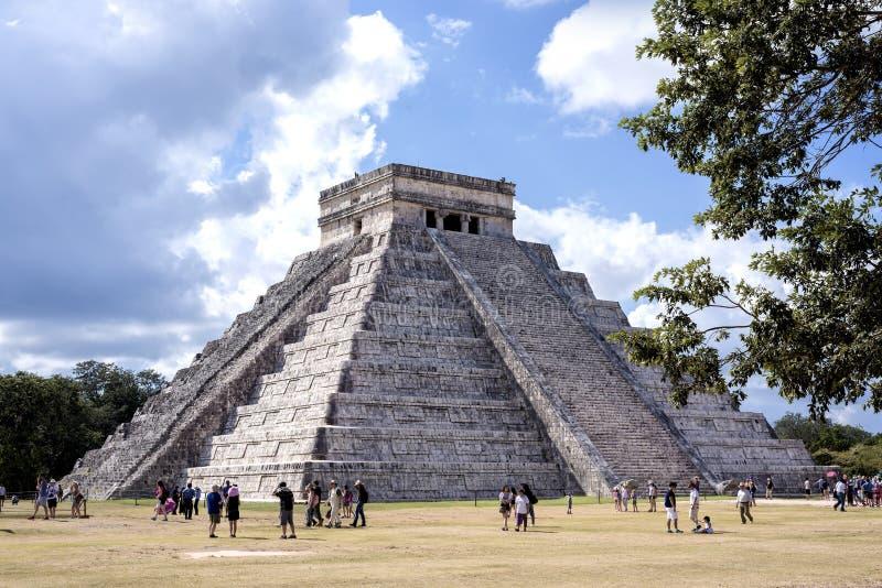 De Tempel van Kukulkan-Piramide El Castillo Maya Pyramid in de ruïnes van Chichen Itza, Tinum Yucatan Mexico, één van Zeven is be stock foto