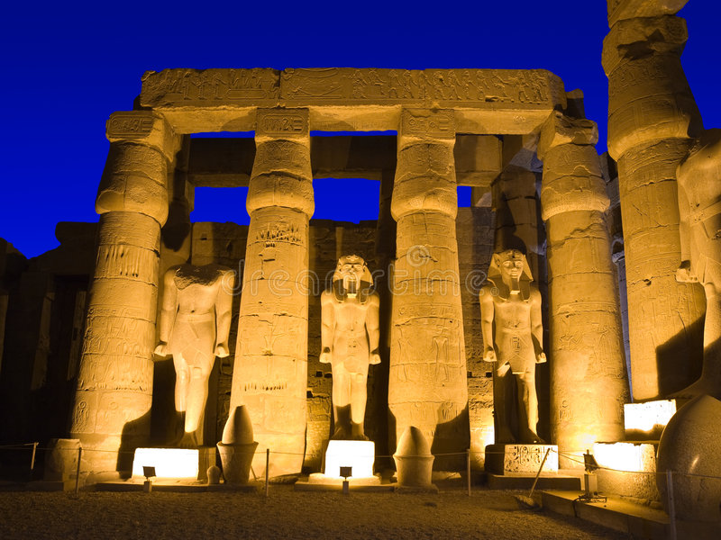 De tempel van Luxor bij nacht stock afbeeldingen