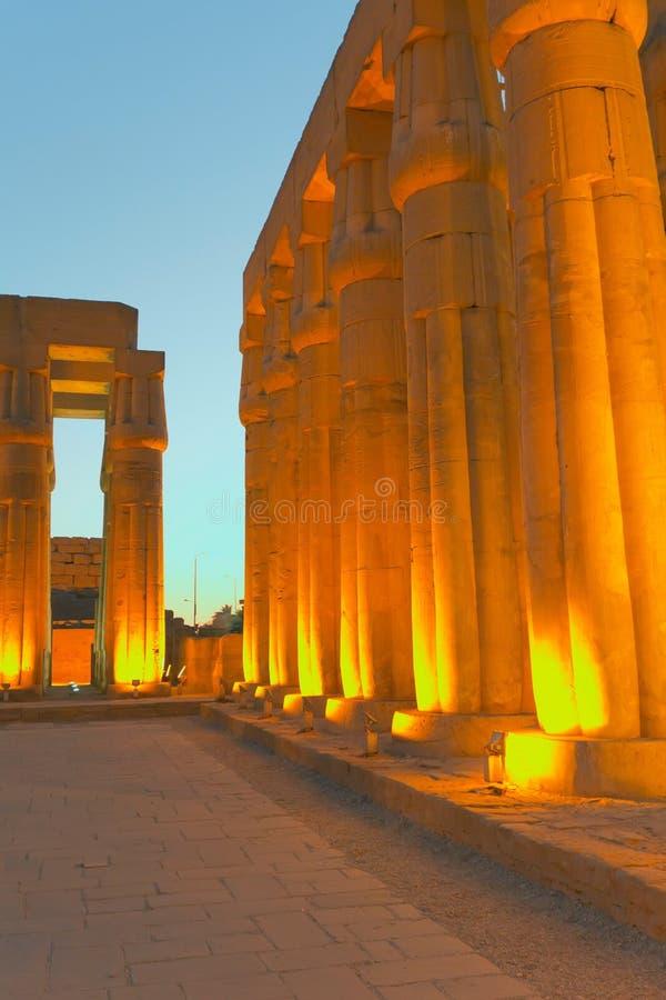 De tempel van Luxor bij nacht. (Egypte) stock fotografie