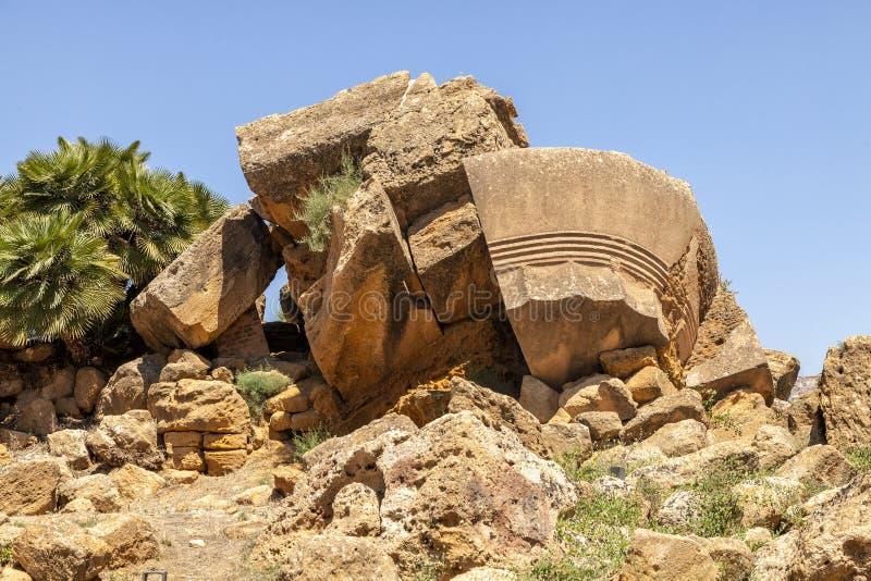 De Tempel van Olympian Zeus was de grootste Dorische ooit geconstrueerde tempel en ligt nu in ruïnes Tempelsvallei, Agrigento, Si stock foto