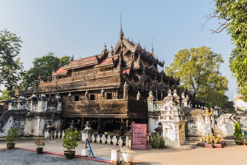 De Tempel van Shwenandawkyaung of Gouden Paleisklooster in Mandalay, stock fotografie