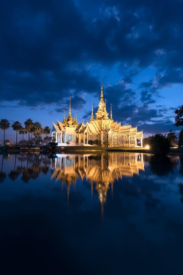 De tempel van Wat Non Kum of niet Kum-bij schemering, beroemde plaats van Nakhon Ratchasima, Thailand stock afbeelding