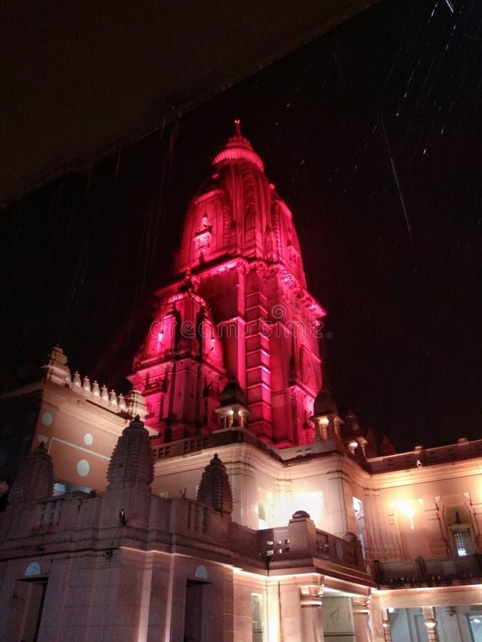De tempel, verering, bloedrood, bouwt, godsdienst, Hindoes, moslim, nacht, het regenen, vrome kleuren, god, mahadev, monument royalty-vrije stock afbeelding