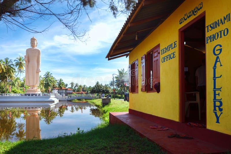 De tempelbureau van het Tsunamimuseum Het beroemde HerdenkingsdieStandbeeld van Tsunami, in Peraliya-dorp wordt gevestigd, naast  royalty-vrije stock afbeeldingen