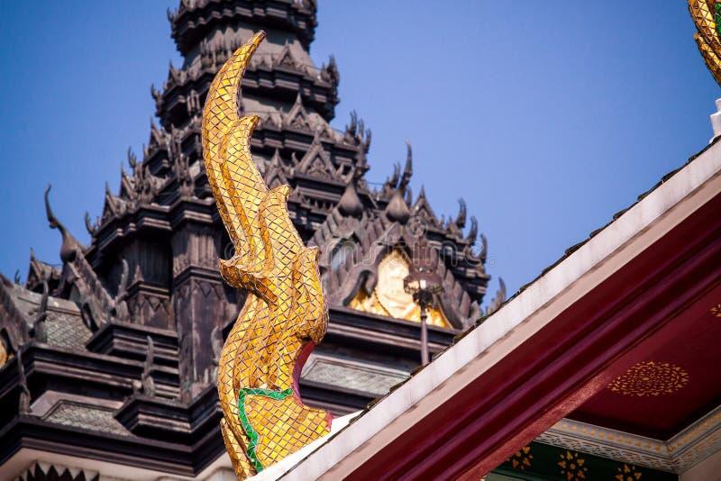De tempeldak van Thailand met een hemelachtergrond royalty-vrije stock foto