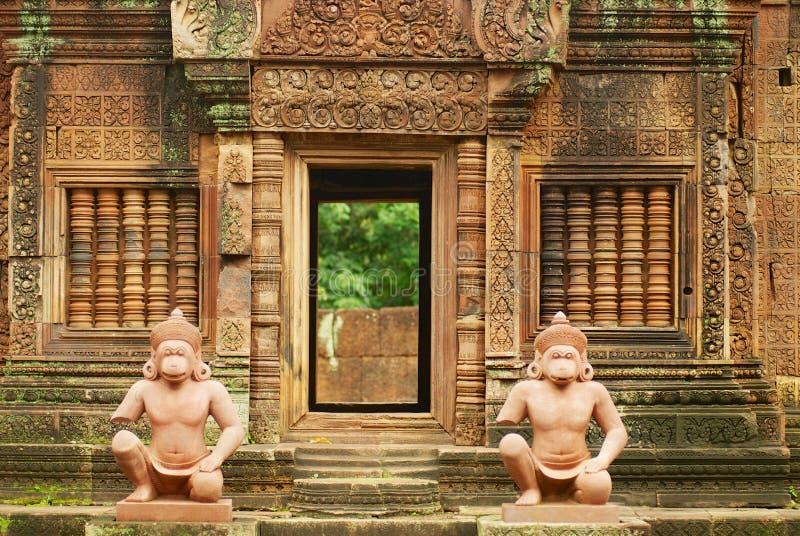 De de Tempelruïnes van Banteaysrei met aapstandbeelden in Siem oogsten, Kambodja royalty-vrije stock foto